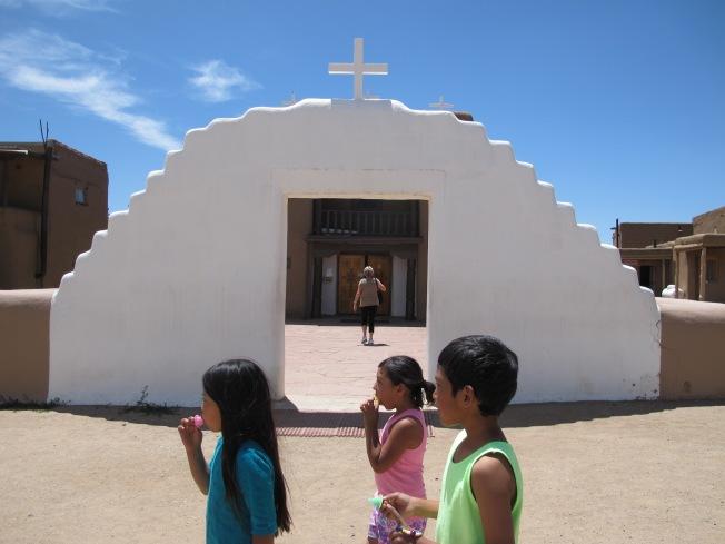 Köy kilisesi ve Pueblo çocukları