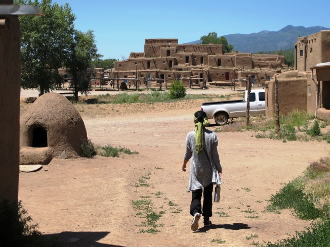 Solda köylülerin ortaklaşa kullandığı geleneksel köy fırını görülüyor.