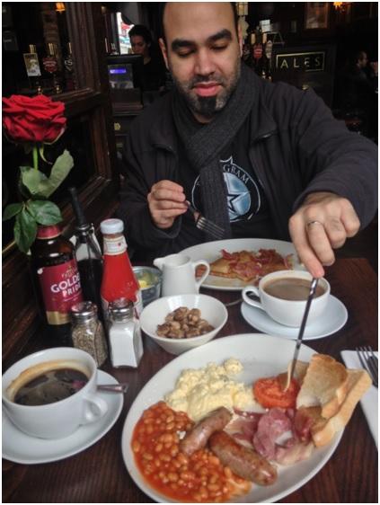 Ingiliz Kahvalti Klasigi: Yumurta – Domates- sosis – jambon- mantar- fasulye(evet!)-kahve