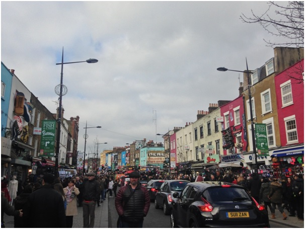Camden- Londra / Azicik guzel havayi gorunce kendilerini sokaga atan Ingiliz ahalisi