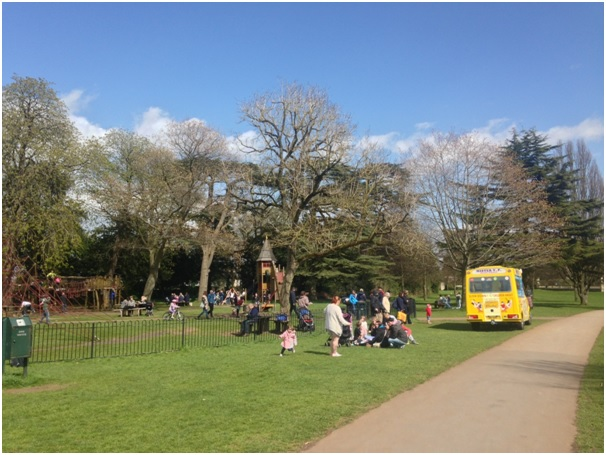 Blaise Castle Park – Bristol / gunes gorunce piknige baslayan Ingiliz ahalisi