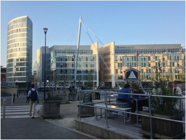 Temple Quay – yeni işyerlerinin olduğu bölüm – arka tarafta da Temple Meads tren istasyonu var.