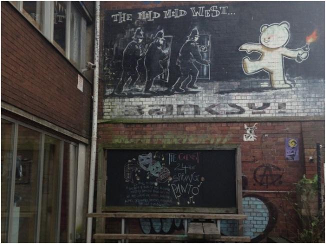 Banksy – Mild Mild West- Cheltenham Road üzerinde – The Canteen pub'ın yanında