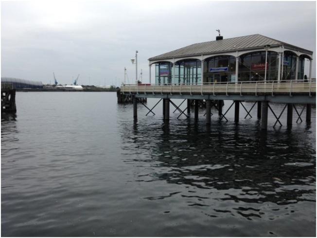 Mermaid Quay'deki Bosphorus Türk Restoranı – Arka planda Doctor Who Experience