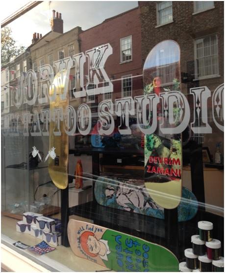 Sokakların birinde gördüğümüz dövme stüdyosu, ve camında devrim zamanı..