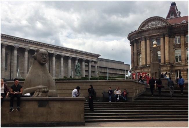 Birmingham Victoria Square- Meşhur heykelleri ve arka tarafta Council - belediye / Birmingham'ın merkezi sayılır.