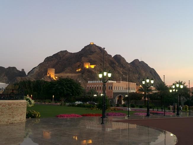 Al Aalm Sarayı'nın günbatımında bahçesi
