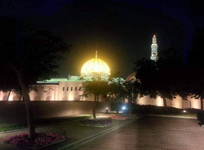 Sultan Quaboos Camii'nin gece görüntüsü
