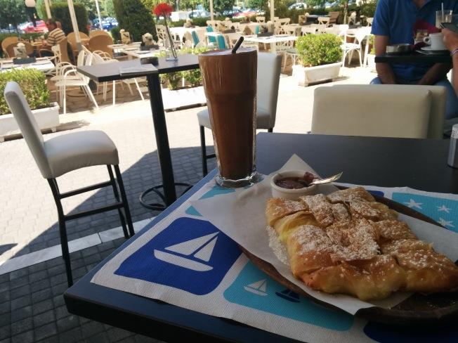 Yunan kahvaltısı vs Türk kahvaltısı. Hangisi hangisi diye sormaya gerek yok sanırsam :)
