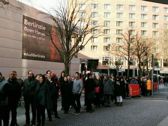 Berlinalepalast gün kasasinda heyecanli bekleyis