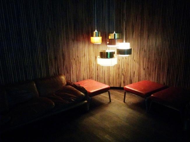 Cafe Moskau'daki kulübün giriş lobisi henüz boş, herkes daha Kino International'da.