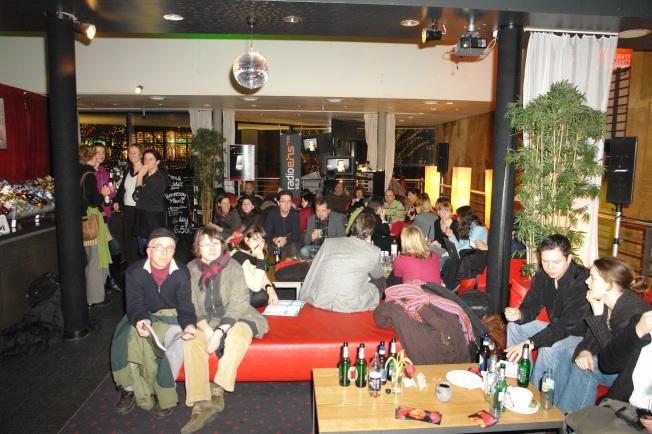 Panaroma filmlerinin ana merkezlerinden Potdamerplatz Cinemaxx'ta film sonrası barda takılmaca.