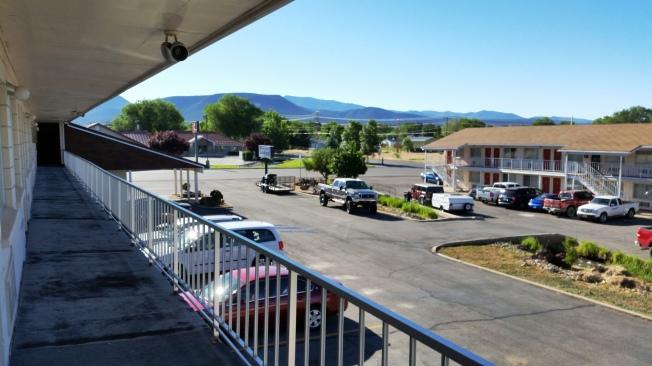 Beaver Inn - My Name is Earl dizisinden fırlamış bir motel sahnesi gibi..