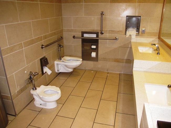 Mormonların aile tuvaletleri. Çocuklar için özel boy lavabo ve tuvalet gözden kaçmasın :)