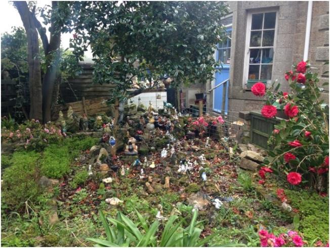 Morrab Bahçelerinde karşılaştığımız, kendini biblo toplamaya adamış bir insanın bahçesi. Kaç tane biblo var sayamadık tabii ama bu sadece görünen kısmı, evin pencereleri de biblolarla doluydu!