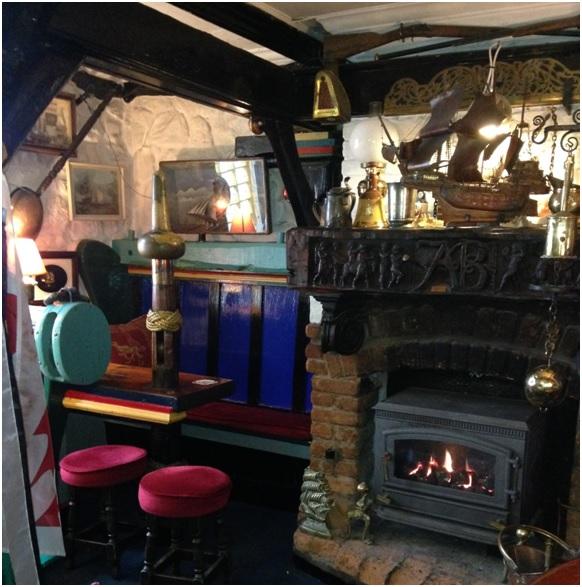 Admiral Benbow pub içi – Her köşesinde farklı br ayrıntı var, bana gore biraz tıkış tıkış, ama eğlenceli.