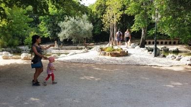 Atina'da The National Gardens ziyareti. Halka açık, giriş ücretsiz, içinde keçi, koyun ve kuşların olduğu minik bir hayvanat bahçesi ve çocuk oyun alanı var.