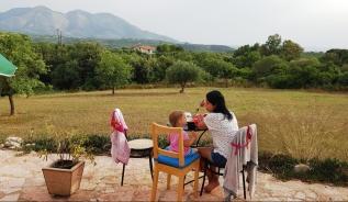 Kalo Nero'daki Airbnb evimizin terasi